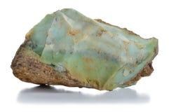 Del ópalo verde áspero (chryzopal) vetea el mineral. Foto de archivo