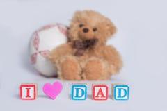 ` Del papà di amore del ` I, fatto con i blocchetti di legno variopinti del ` s del bambino con cuore rosa L'orso bruno e la pall fotografia stock libera da diritti