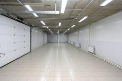 Del parking interior vacío subterráneo con la cartelera en blanco fotos de archivo libres de regalías