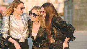 Del paseo de la amistad muchachas urbanas bastante que se divierten metrajes