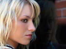 Del perfil del retrato ventana adolescente bastante rubia al aire libre Fotografía de archivo libre de regalías