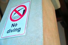 ` Del piatto di proibizione nessun ` di immersione subacquea sulla colonna concreta Segnale di pericolo Sicurezza di concetto in  fotografia stock