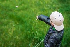 Del piccolo bambino del tiro pietra via Fotografia Stock