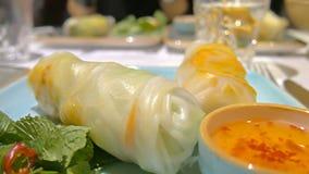 Del primer de primavera de los rollos cuon vietnamita del goi nem en la tabla en restaurante almacen de metraje de vídeo