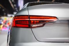 Del primer el coche rojo de la luz de la cola detrás en salón del automóvil Fotografía de archivo libre de regalías