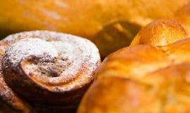 Del primo piano cinnabon al forno di recente con la glassa in polvere dello zucchero, come visto da sopra, concetto della pasticc Fotografie Stock