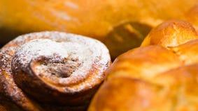 Del primo piano cinnabon al forno di recente con la glassa in polvere dello zucchero, come visto da sopra, concetto della pasticc Fotografia Stock