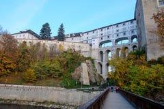 Del puente al castillo en Cesky Krumlov Imagen de archivo libre de regalías