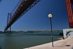 25 del puente de abril en Lisboa, Portugal Imágenes de archivo libres de regalías
