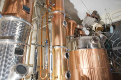 Del rame alambicco ancora dentro la distilleria fotografie stock