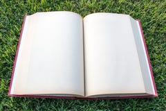 Del reloj libro en blanco abierto para arriba en parque al aire libre Imágenes de archivo libres de regalías
