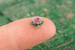 Del- RF-transformator för liten elektronik på det mänskliga fingret arkivbilder
