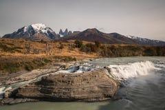 Del Rio Paine de Cascada en el parque nacional de Torres del Paine fotos de archivo