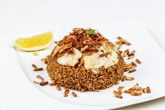 Del riso fritto e di pesce del Medio-Oriente tradizionale con i pinoli fritti fotografia stock