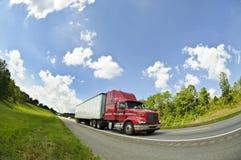 Del rojo camión semi en la carretera nacional 1 Imágenes de archivo libres de regalías