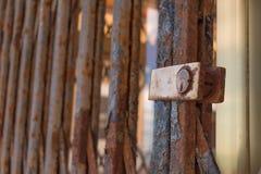 Del Segura de Guardamar, Alicante, Espanha; 8 de dezembro 2 017: Fim expandido oxidado da malha do painel acima imagem de stock royalty free