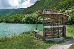 Del supporto conico lago della montagna a terra Immagine Stock