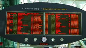 Del tablero de la salida del aeropuerto con el calendario de los vuelos del avión de pasajeros almacen de video