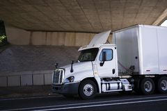Del taxi blanco del día del aparejo camión grande semi para la entrega local en van seca s foto de archivo