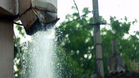 Del tejado, flujos del agua de lluvia metrajes