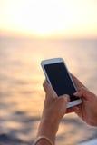Del teléfono del cierre mujer elegante para arriba - que usa el smartphone app Fotografía de archivo