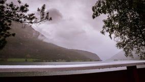 Del tempo-laspe in Mindresunde Norvegia di campeggio con la vista su Oppstrynsvatn video d archivio
