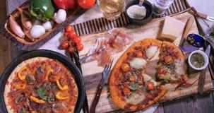 Del top opinión abajo de un margherita de la pizza Fotografía de archivo