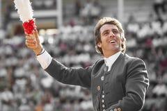 Del torero tauromaquia española de Pablo Hermoso de Mendoza a caballo a caballo, con dos banderillas del color blanco y rojo g Imagenes de archivo