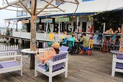 Del Toro, ¡de Panamà - agosto, 10mo de Bocas de 2014: Los turistas y los viajeros disfrutan de una bebida en las barras de la cos Fotos de archivo libres de regalías