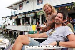 Del Toro de Bocas, ¡ de Panamà - agosto, 10o de 2014: Os turistas e os viajantes apreciam uma bebida em barras da margem da cidad Fotos de Stock Royalty Free