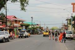 Del Toro de Bocas, ¡ de Panamà - agosto, 10o de 2014: Os turistas e os viajantes apreciam uma caminhada perto dos brs da margem d Fotos de Stock Royalty Free