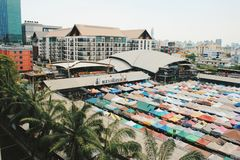 Del treno vista superiore di Ratchada del mercato delle pulci vicino fotografie stock