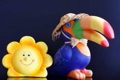Del tucán y de la flor de la cerámica todavía de los objetos vida Fotos de archivo