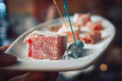 Del turco, doces orientais em uma placa em um restaurante, interior árabe cerimônia de chá oriental Foco seletivo, barra do ca fotos de stock royalty free