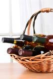 Del vino todavía de la cesta vida Imágenes de archivo libres de regalías
