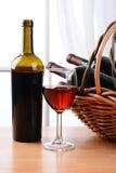 Del vino todavía de la cesta vida Fotografía de archivo