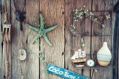 Del vintage todavía de los días de fiesta vida con la cuerda, las estrellas de mar, el compás y la botella en viejo fondo de made Imagen de archivo libre de regalías