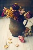 Del vintage todavía del estilo vida con las rosas secadas Fotos de archivo libres de regalías