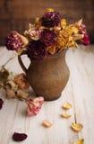 Del vintage todavía del estilo vida con las rosas secadas Foto de archivo libre de regalías