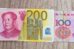 200 del yaun 100 ed euro fatture Fotografia Stock Libera da Diritti