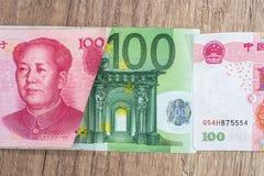 100 del yaun 100 ed euro fatture Fotografia Stock Libera da Diritti