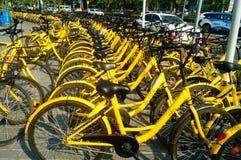 Dela cyklar som parkerar i gatorna av staden Arkivfoton