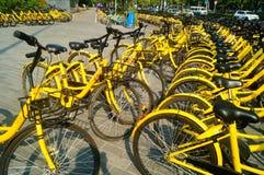 Dela cyklar som parkerar i gatorna av staden Royaltyfri Foto