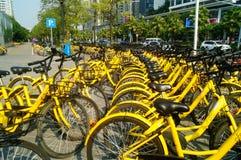 Dela cyklar som parkerar i gatorna av staden Arkivbild