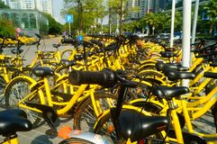 Dela cyklar som parkerar i gatorna av staden Royaltyfri Bild