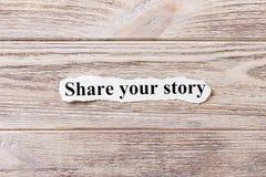 Dela din berättelse av ordet på papper Begrepp Ord av aktien din berättelse på en träbakgrund Arkivbild