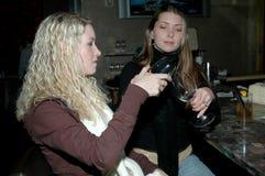 dela för drinkar Fotografering för Bildbyråer