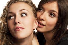 dela för flickvänhemligheter som är deras Arkivbild