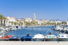 Dela Kroatien - 20 Juli 2017, härlig hamn med små fartyg Arkivbild