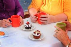 Dela sötsaker och kaffe royaltyfria bilder